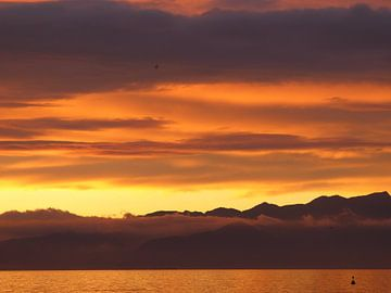 Ondergaande zon boven het Gardameer van