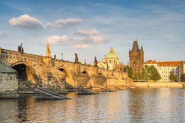 Pont Charles de Prague dans le soleil du soir