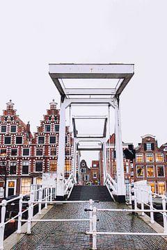 Gravestenenbrug over het Spaarne in winters Haarlem van Simone Neeling