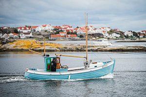 Fischerboot fährt aus dem Hafen von Hönö von Maurice Volmeyer
