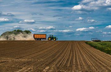 Traktor uber landwirtschaftliche Flächen von Werner Lerooy
