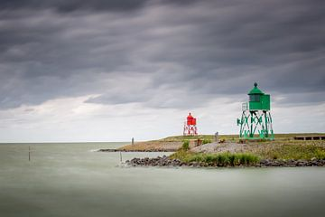 Twee wachters aan het water bij Stavoren van Silvia Thiel