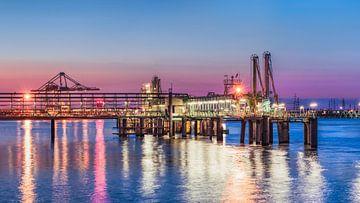 Verlichte pier bij een kleurrijke zonsondergang, Haven van Antwerpen van Tony Vingerhoets