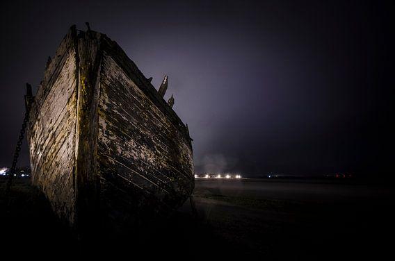 Ship on the beach van Photography by Karim