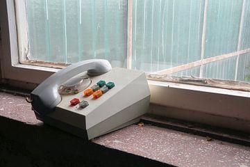 veraltetes Telefon am Fenster von Heiko Kueverling