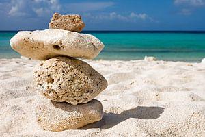 Stenen aan zee van Nora Verhoef