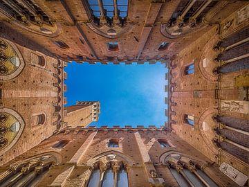 Clocher vu de la cour du Palazzo Publico, Siena sur Roelof Nijholt