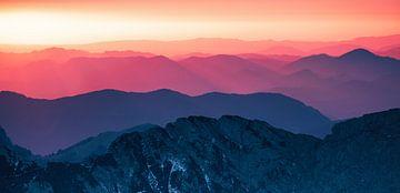 Sonnenaufgang über den Berggipfeln in den Alpen, Panoramafotografie von Roger VDB