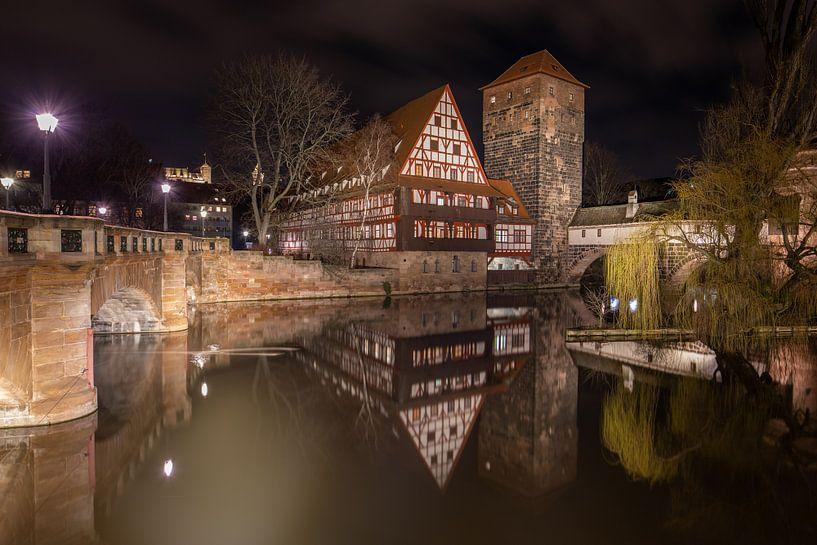 Maxbrücke meyt zicht op Weinstadl en Pegnitz rivier in centrum van Neurenberg in Duitsland van Joost Adriaanse