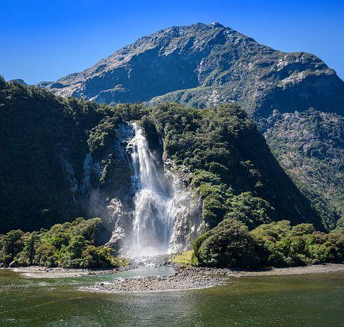 Waterval in Milford Sound, Nieuw Zeeland van Rietje Bulthuis