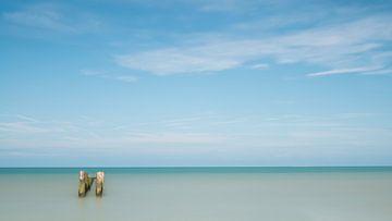 Zeezicht met paaltjes van Elles Rijsdijk