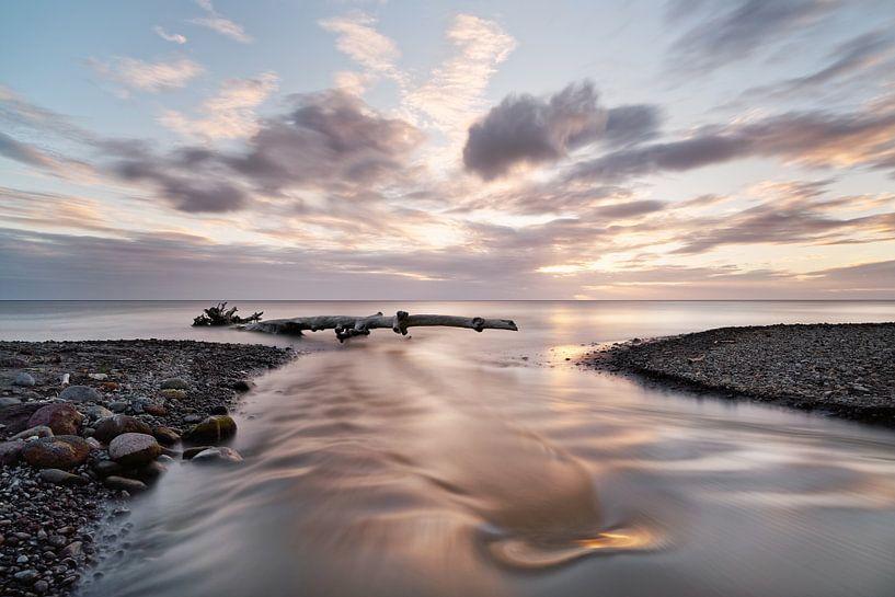 Sonnenuntergang mit Fluß und Treibholz von Ralf Lehmann