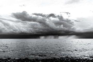 Onweer en regen boven het IJsselmeer. van Brian Morgan