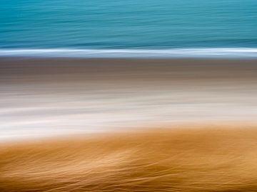 Een abstract van helmgras, strand en zee van Sander Grefte