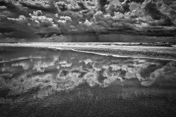 Zeezicht met neerslag boven de Noordzee in zwart-wit van