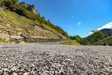 Indrukwekkend uitzicht vanaf het asfalt op de bergen van Fotografiecor .nl