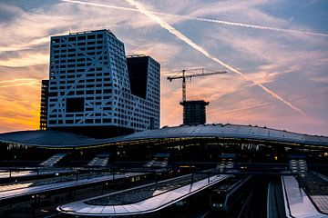 Bureau central et municipal d'Utrecht au coucher du soleil depuis le pont Morales sur John Ozguc