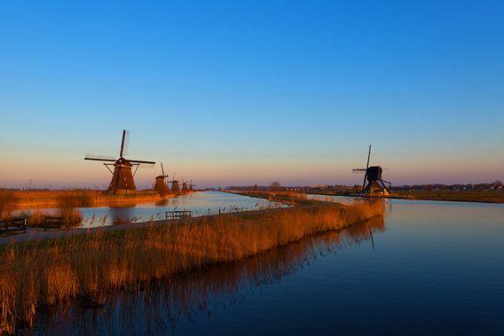 Windmolens Kinderdijk met zonsondergang. van Brian Morgan