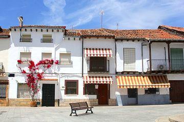 Bankje en witte huizen op Mediterraan dorpsplein, Spanje van