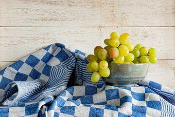 stilleven met witte druiven van Jeannette Kliebisch