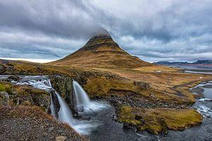 Kirkjufellsfoss waterval en Kirkjufell berg.