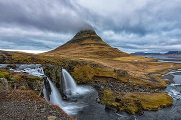 Kirkjufellsfoss waterval en Kirkjufell berg. van Tilly Meijer