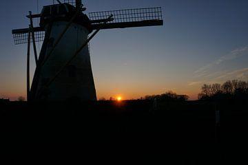Molen bij zonsondergang van Robert van Nieuwaal