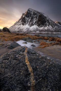 Sonnenaufgang am Strand von Ballesvika auf der Insel Senja in Norwegen von Jos Pannekoek