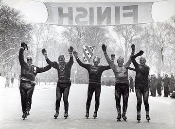 Schaatsers tijdens de Elfstedentocht in 1956 van Hollandse Hoogte