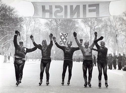 Schaatsers tijdens de Elfstedentocht in 1956