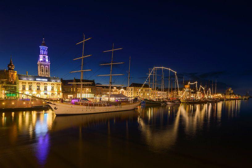 Stadsfront van de Hanzestad Kampen aan de IJssel in de avond van Sjoerd van der Wal
