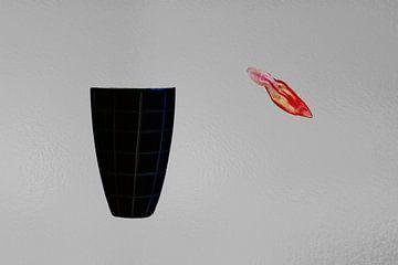 Vase und fallendes Tulpenblatt von Susan Hol