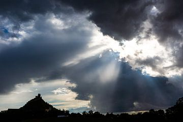 Mystische Lichtstimmung über dem  Staatzer Berg von Elke Wolfbeisser