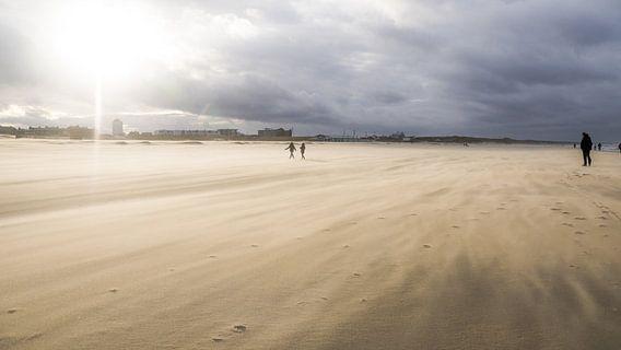 Zandstorm op Katwijkse strand van Dirk van Egmond