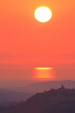 Sonnenaufgang in den Marken, Italien mit Meerblick von Marcel de Bruin