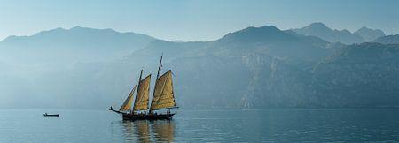 Zeilschip op het Gardameer, Malcesine, Lago di Garda, Verona, Italië van Rene van der Meer