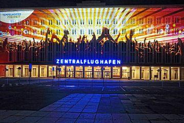 Berlin: Die Fassade des alten Flughafen Tempelhof mit besonderer Lichtprojektion von Frank Herrmann