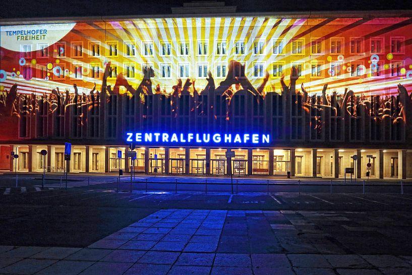 Berlin : la façade de l'ancien aéroport de Tempelhof avec une projection lumineuse spéciale sur Frank Herrmann