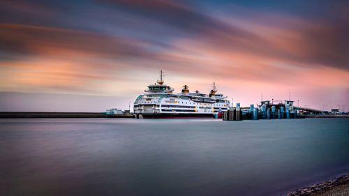 Veerboot van de TESO bij zonsondergang