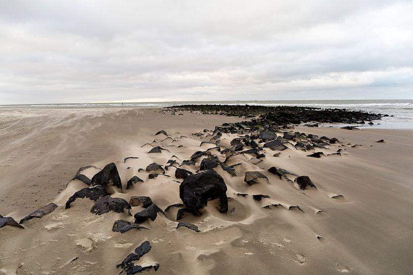 Winterse dag aan zee op het strand van Ameland aan de Nederlandse kust. van Eyesmile Photography