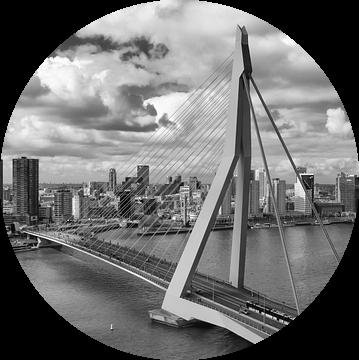 Erasmusbrug Rotterdam in zwart wit van Michèle Huge