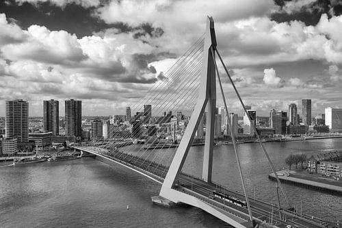 Erasmusbrug Rotterdam in zwart wit van