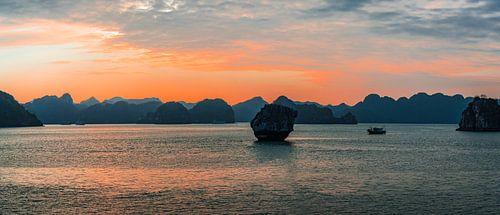 De avond valt in Halong Bay, Vietnam
