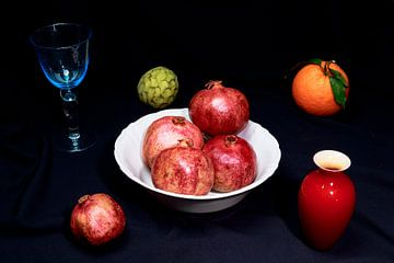 Apfelsine, Granatapfel und Cherimoya mit blauem Weinglas und rot von Dieter Meyer