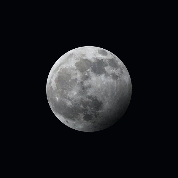 La Lune - à moitié éclipsée - noire sur Mario Verkerk