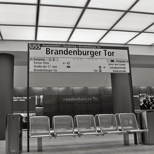 Tube station Brandenburger Tor in Berlin van Silva Wischeropp