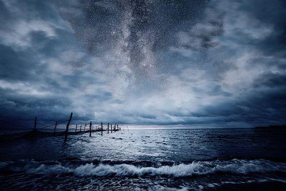 Stormachtige zee bij nacht