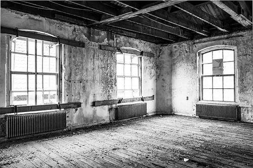 Verlaten schoolgebouw interieur in zwart wit