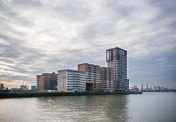 Wooncomplex aan de Schiehaven in Rotterdam met een mooie lucht