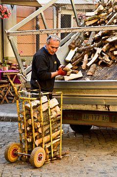 Man met houtblokken Rome van Marieke van der Hoek-Vijfvinkel